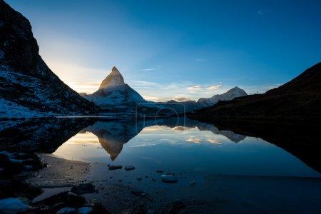 Photo pour Matterhorn et dente blanche du lac montagne riffelsee au-dessus de zermatt, Suisse - image libre de droit