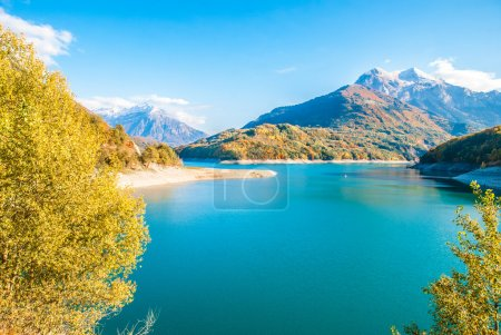 Photo pour Beau paysage du lac de Frence, Alpes, automne - image libre de droit