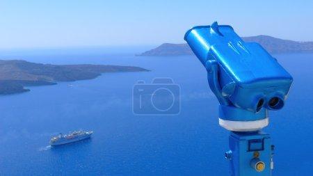 Photo pour Jumelles pour regarder à la caldera de Santorin, Grèce - image libre de droit