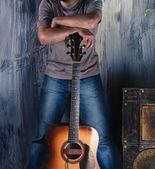 Pohledný muž s kytarou
