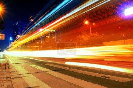 Photo pour Mouvement nocturne dans les rues urbaines - image libre de droit