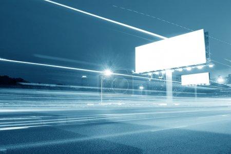 Photo pour Panneau d'affichage vide dans la ville à fort trafic - image libre de droit