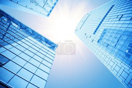 Photo pour Silhouettes modernes de verre des gratte-ciels de nuit - image libre de droit