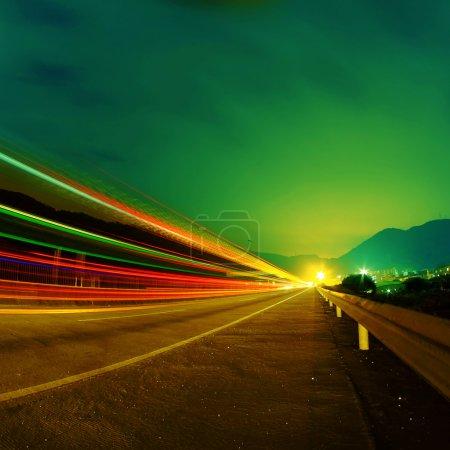 Photo pour Voitures passent sur une route de campagne la nuit - image libre de droit