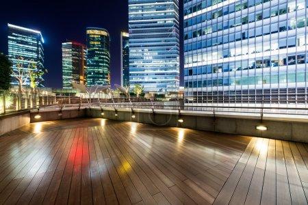 Photo pour La plate-forme de toit et le contexte urbain moderne la nuit - image libre de droit