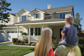 Mladá rodina při pohledu na nový domov