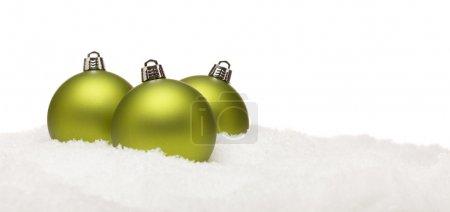 Photo pour Vert trois ornements de Noël sur les flocons de neige sur un blanc fond-grand pour une image de base - image libre de droit