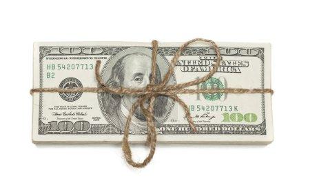 Photo pour Empilement de billets de cent dollars attachés dans une toile de jute isolés sur un fond blanc . - image libre de droit
