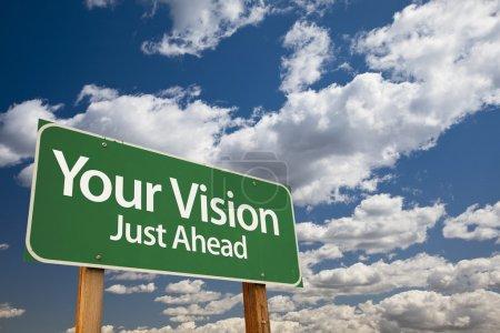 Photo pour Votre vision Green Road Sign Over Nuages dramatiques et ciel . - image libre de droit