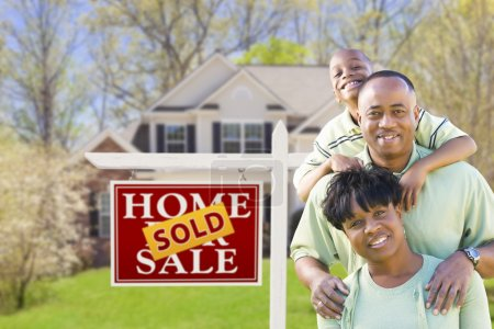 Photo pour Heureuse famille afro-américaine en face de Sold Real Estate Sign and House . - image libre de droit