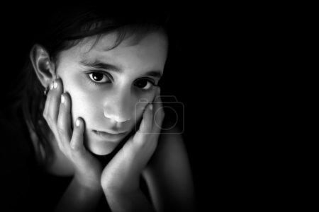 Photo pour Portrait d'une fille triste hisoire en noir et blanc avec un espace pour le texte - image libre de droit