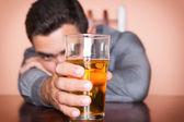 Hispánský opilý muž, který držel sklenici piva
