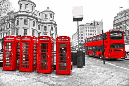 Photo pour LONDON - MARCH 17: Double-decker bus, red telephone boxes and underground logo. The London 'Underground' logo will be used for other transportation systems - has bee - image libre de droit