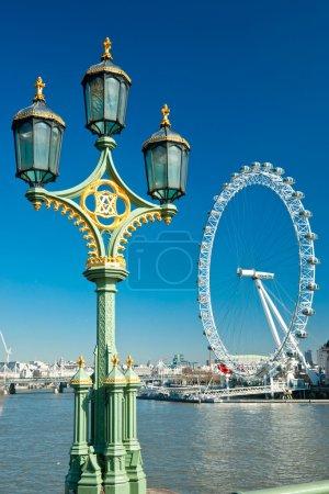 Photo pour Londres - 19 mars : le london eye, érigé en 1999, est un géant (135mt.) grande roue située sur les rives de la Tamise. est l'attraction la plus populaire de th - image libre de droit