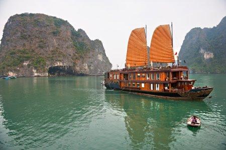 Photo pour Baie d'Halong, Vietnam. Site du patrimoine mondial de l'Unesco. Endroit le plus populaire au Vietnam . - image libre de droit