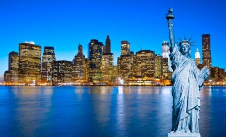 Photo pour Manhattan Skyline et la Statue de la Liberté la nuit, New York - image libre de droit