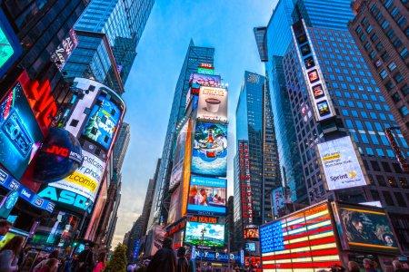 Photo pour Times Square, avec des théâtres de Broadway et des enseignes LED animées à Manhattan, New York. États-Unis . - image libre de droit