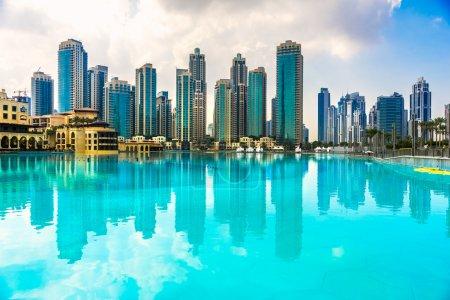 Photo pour Dubai skyline au crépuscule, Émirats arabes unis . - image libre de droit