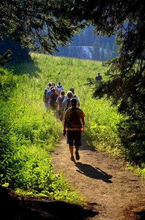 Foto de Grupo de chicas senderismo sendero hacia la lejana Cordillera - Imagen libre de derechos
