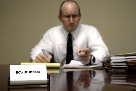 Photo pour IRS auditeur fiscal homme avec une expression sévère ou méchante - image libre de droit