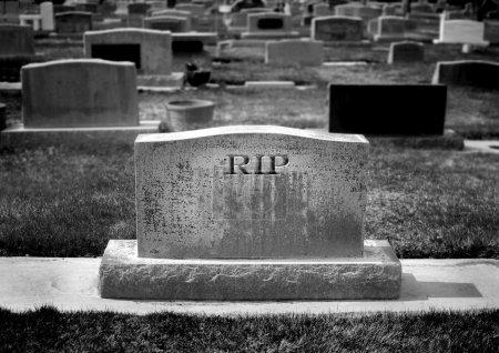 Photo pour Pierre tombale au cimetière avec mots rip reste en paix sculpté - image libre de droit