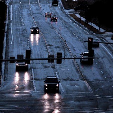 Photo pour Voitures avec phares shinning sur route mouillée orageux, conduite sous la pluie - image libre de droit