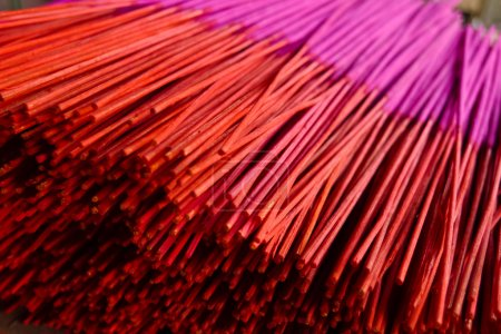 Photo pour Nouveaux bâtons d'encens rouges et magenta dans un temple à Pingyao, en Chine - image libre de droit