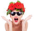 Mladá žena s věncem být vzrušený