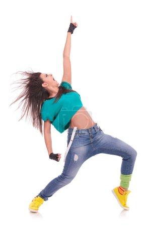 Photo pour Danseur impressionnant jeune femme posant dans une position victorieuse et des cris - image libre de droit