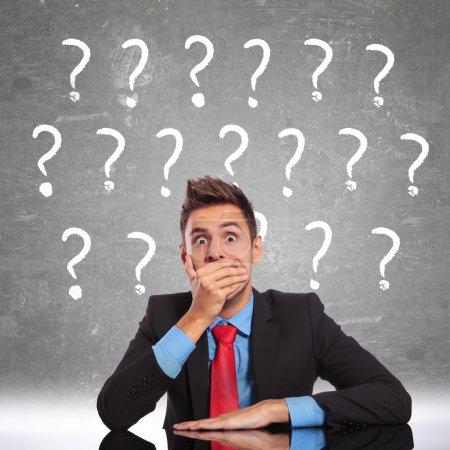 Photo pour Homme d'affaires à la recherche de shoked par des questions combien il a - image libre de droit