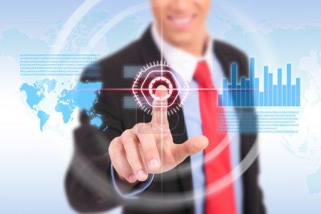 Photo pour Homme d'affaires poussant graphique pour la bourse de commerce sur le tableau blanc. - image libre de droit