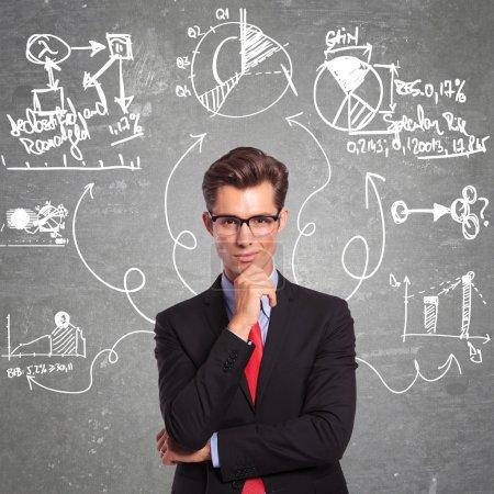 Photo pour Jeune homme d'affaires penser à tous les aspects d'un problème - image libre de droit