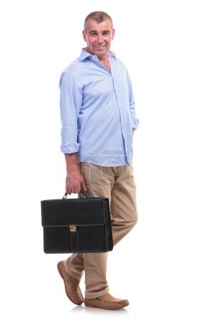 lässiger Mann mittleren Alters trägt Aktentasche