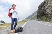 Móda pro mladé muže pózuje na krajnicích
