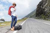 Móda pro mladé muže vypadá na silnici
