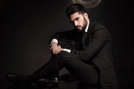 Photo pour Photo spectaculaire d'un homme d'affaires jeune sexy assis sur le sol - image libre de droit