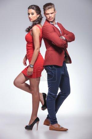 Photo pour Mode homme et femme debout dos à dos en studio - image libre de droit