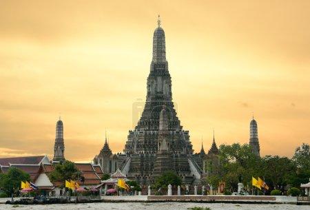 Photo pour Sur la rivière chao phraya à bangkok en Thaïlande : Wat arun - image libre de droit