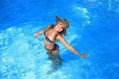 Mladá žena se těší bazén