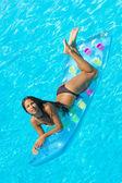 žena relaxaci u bazénu