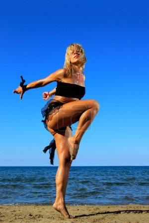 Photo pour Photo brillante d'un beau modèle reposant sur une plage - image libre de droit