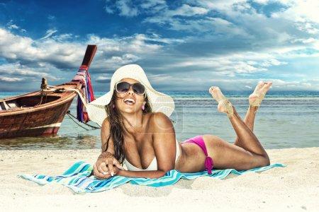 Photo pour Belle femme sur la plage. Thaïlande . - image libre de droit