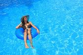 Mladá žena se těší plavecký bazén