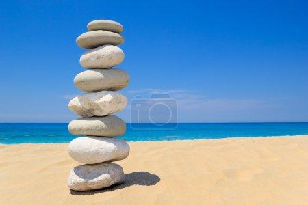 Photo pour Cailloux pile balance sur la mer Ionienne en Grèce. bleu ciel et l'eau sur la côte ensoleillée en été. - image libre de droit