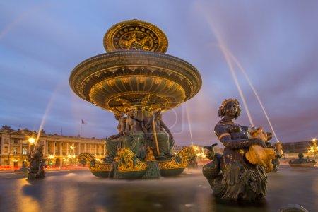 Photo pour Fontaine de la place de la concorde à paris de nuit, france - image libre de droit