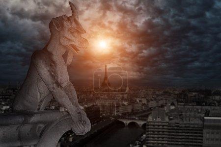 Photo pour Chimère (gargouille) de la cathédrale Notre Dame de Paris surplombant Paris, France - image libre de droit