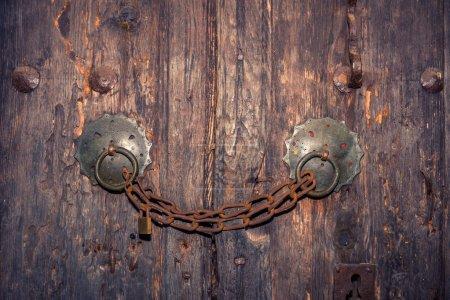 geschlossenes Schloss mit Kette an einer Holztür