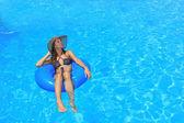 Mladá žena relaxaci u bazénu