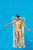 Mladá žena v bazénu