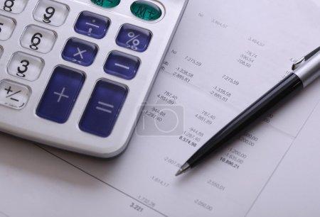 Photo pour Calculatrice facture et stylo, problème commercial et financier - image libre de droit